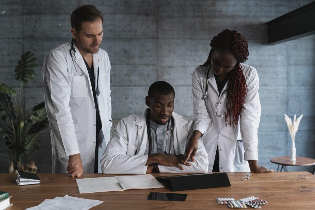 Fidu - - L'Assurance Maladie vient en aide aux professionnels de la santé -